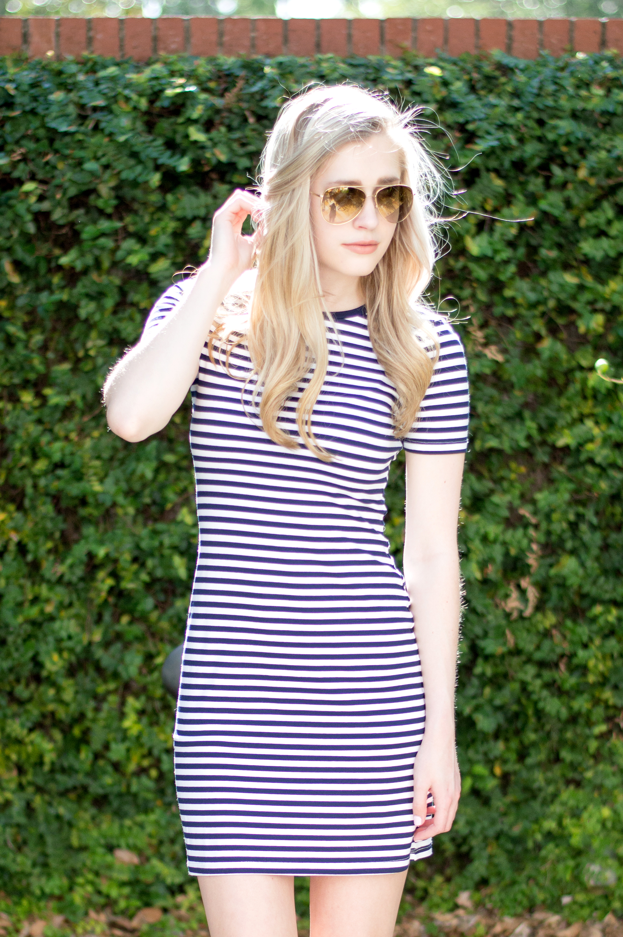 styelled-blog-elle-elisabeth-jane-hudson-stripes-striped-dress-adidas-superstar-efitz-bluetooth-headphones-apple-macbook-gold-burberry-blogger-06