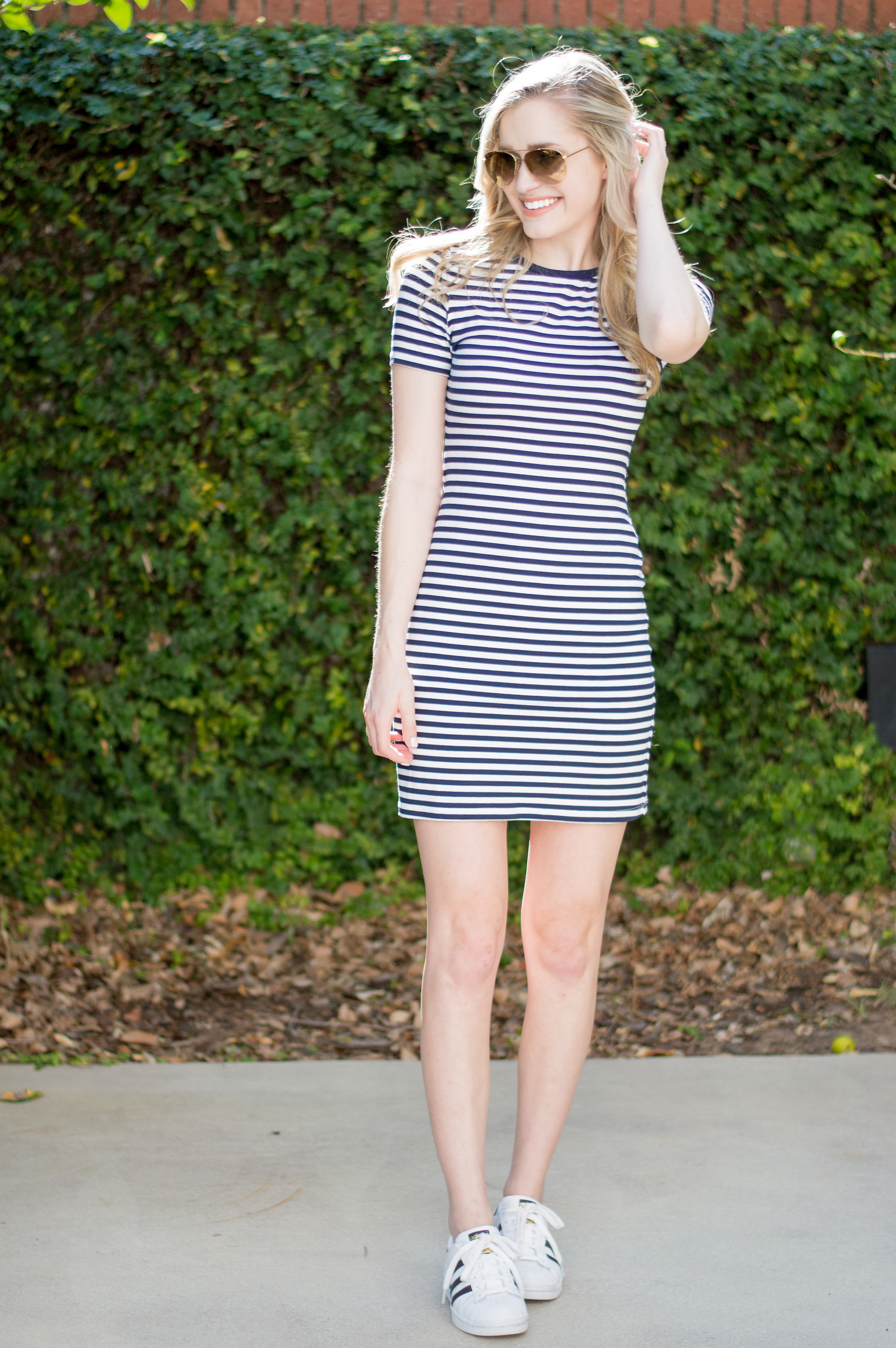 styelled-blog-elle-elisabeth-jane-hudson-stripes-striped-dress-adidas-superstar-efitz-bluetooth-headphones-apple-macbook-gold-burberry-blogger-08