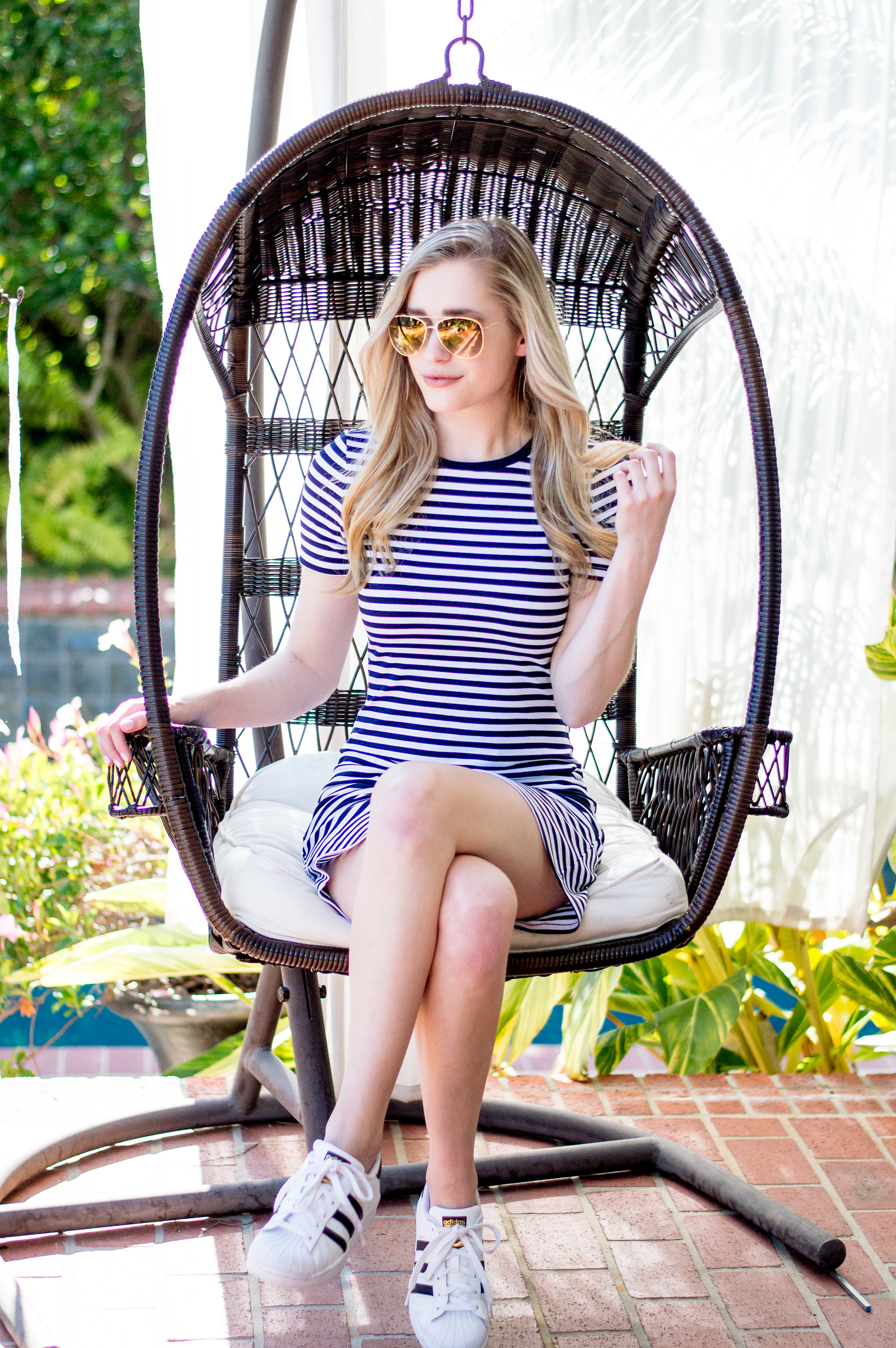 styelled-blog-elle-elisabeth-jane-hudson-stripes-striped-dress-adidas-superstar-efitz-bluetooth-headphones-apple-macbook-gold-burberry-blogger-09