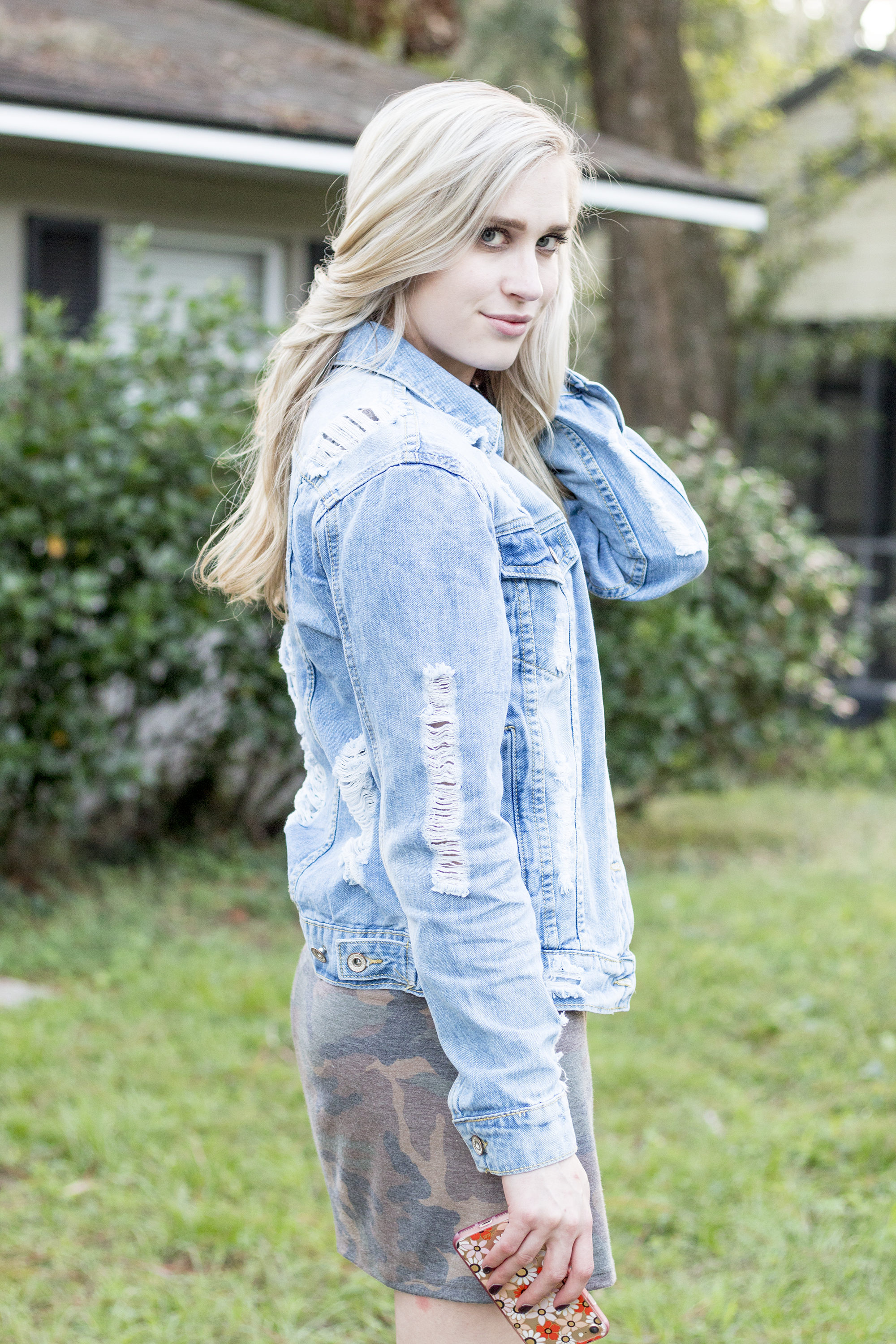 90ee108451d styelled-blog-fashion-style-beauty-lifestyle-blogger-camo-shirt-dress-denim- distressed-jacket-blonde-fall-trends-03